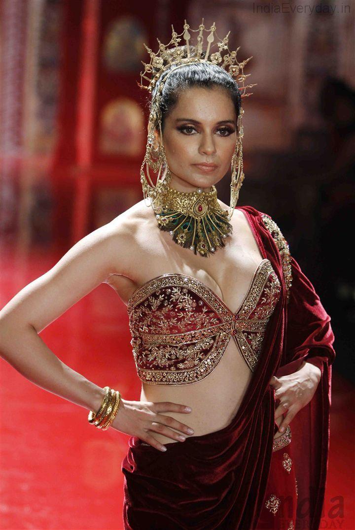 Kangana Ranaut in 22Kt Azva Bridal Gold Jewellery at the Suneet Varma Show at IBFW (2).JPG 720×1,076 pixels