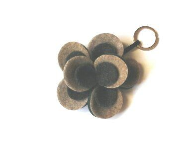 Brown and green flower felt keychain. Flower felt keychain. Brown,beige and bottle green felt flower.Handmade with love in Italy. di Chiarasole su Etsy
