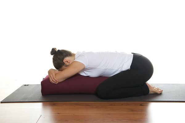 supported child 39 s pose a yoga bolster balasana avec traversin fameux pendant les r gles ou. Black Bedroom Furniture Sets. Home Design Ideas