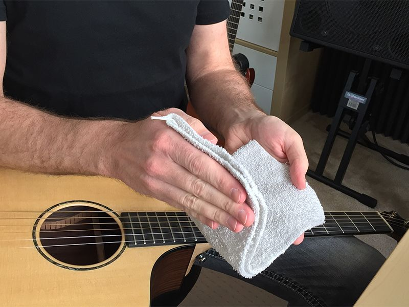 how to keep your guitar strings clean