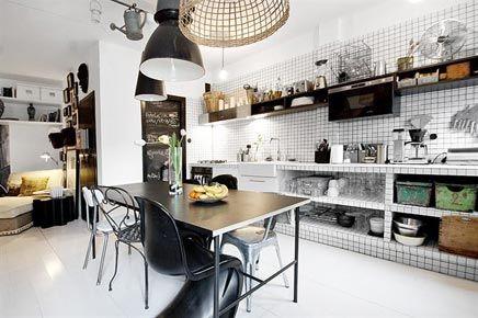 Zwart witte semi open keuken boerderij appartement