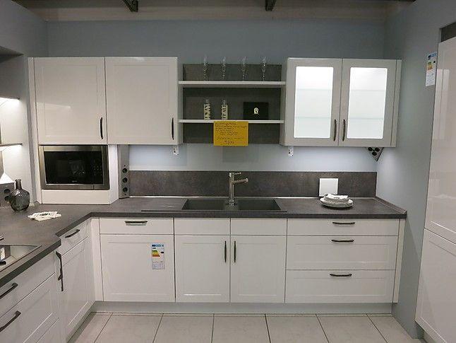 Nobilia musterküche moderne landhaus küche mit alpinweißer hochglänzender front und hochwertigen neff einbaugeräten ausstellungsküche in beckum von bkt