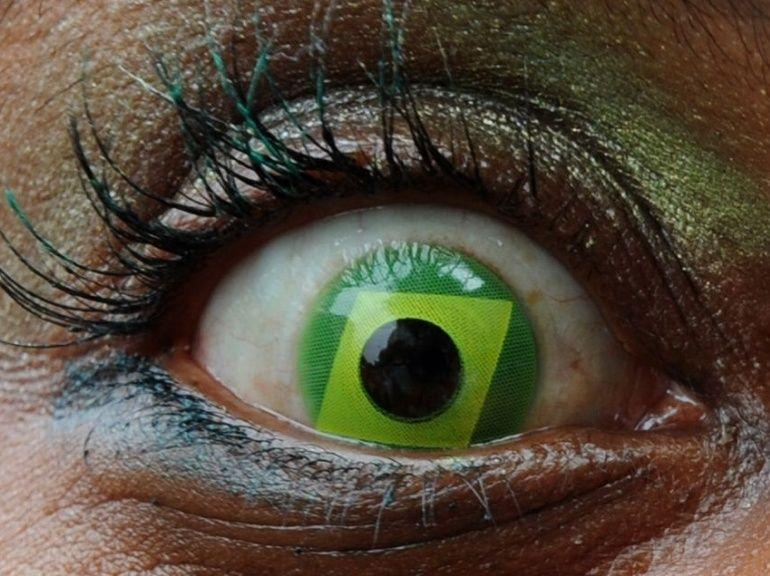 Contact lens on a brazilian girl