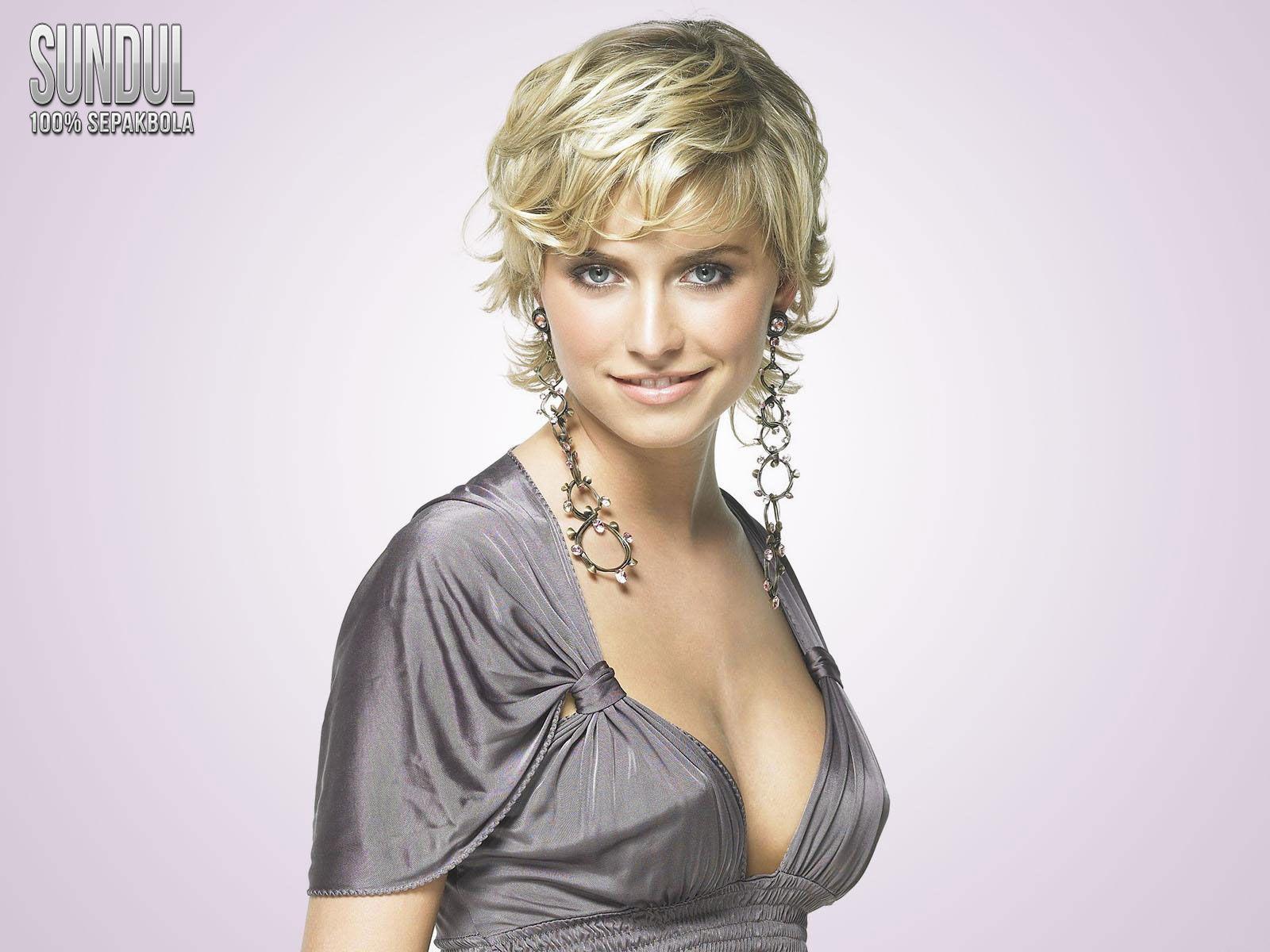 Lena Gercke | German women, Beautiful celebrities, Short