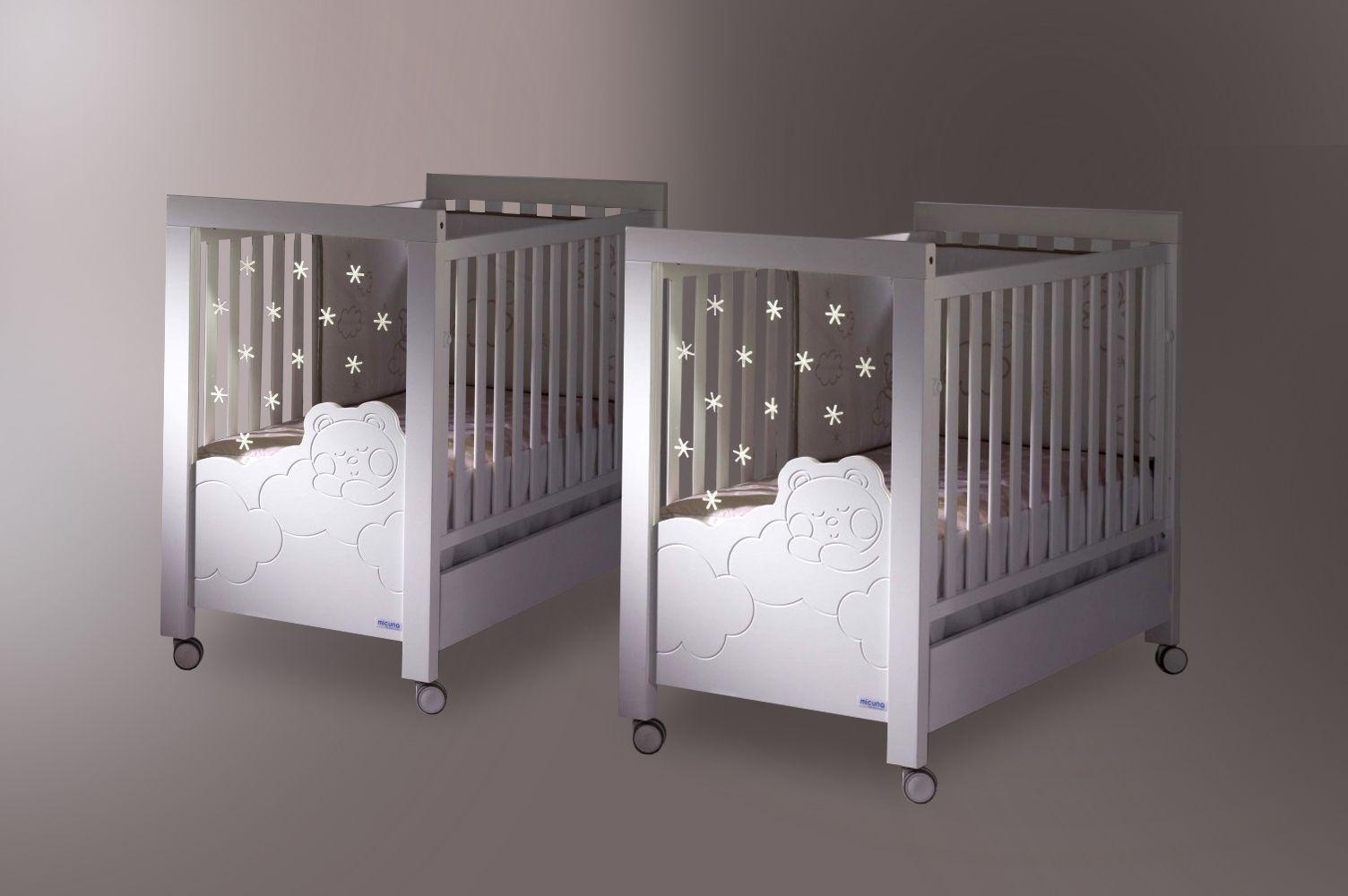 Lit bébé Dolce pour jumeaux. La veilleuse est intégrée dans le pied ...