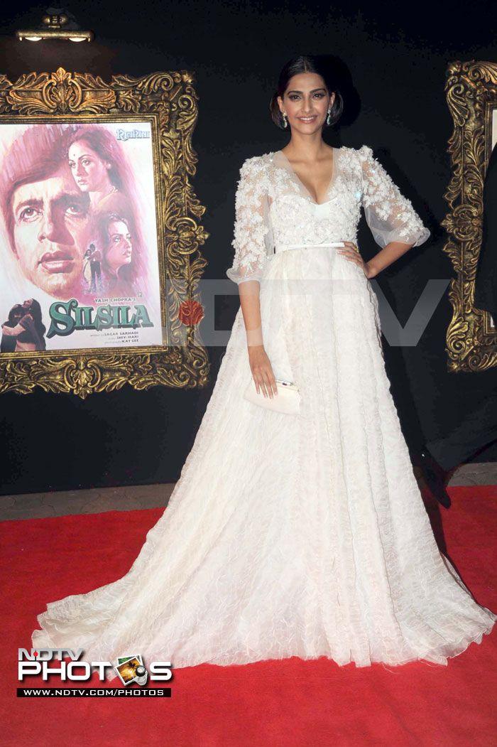 Jab Tak Hai Jaan Premiere Sonam Kapoor Looks Just Perfect In A White Elie Saab