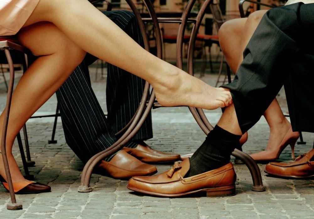 Картинки девушки ноги под столом