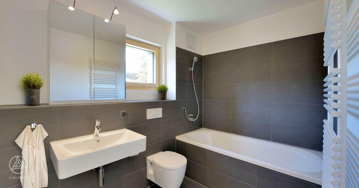 Mehrfamilienhaus-Badezimmer, graue Fliesen, Badewanne ...
