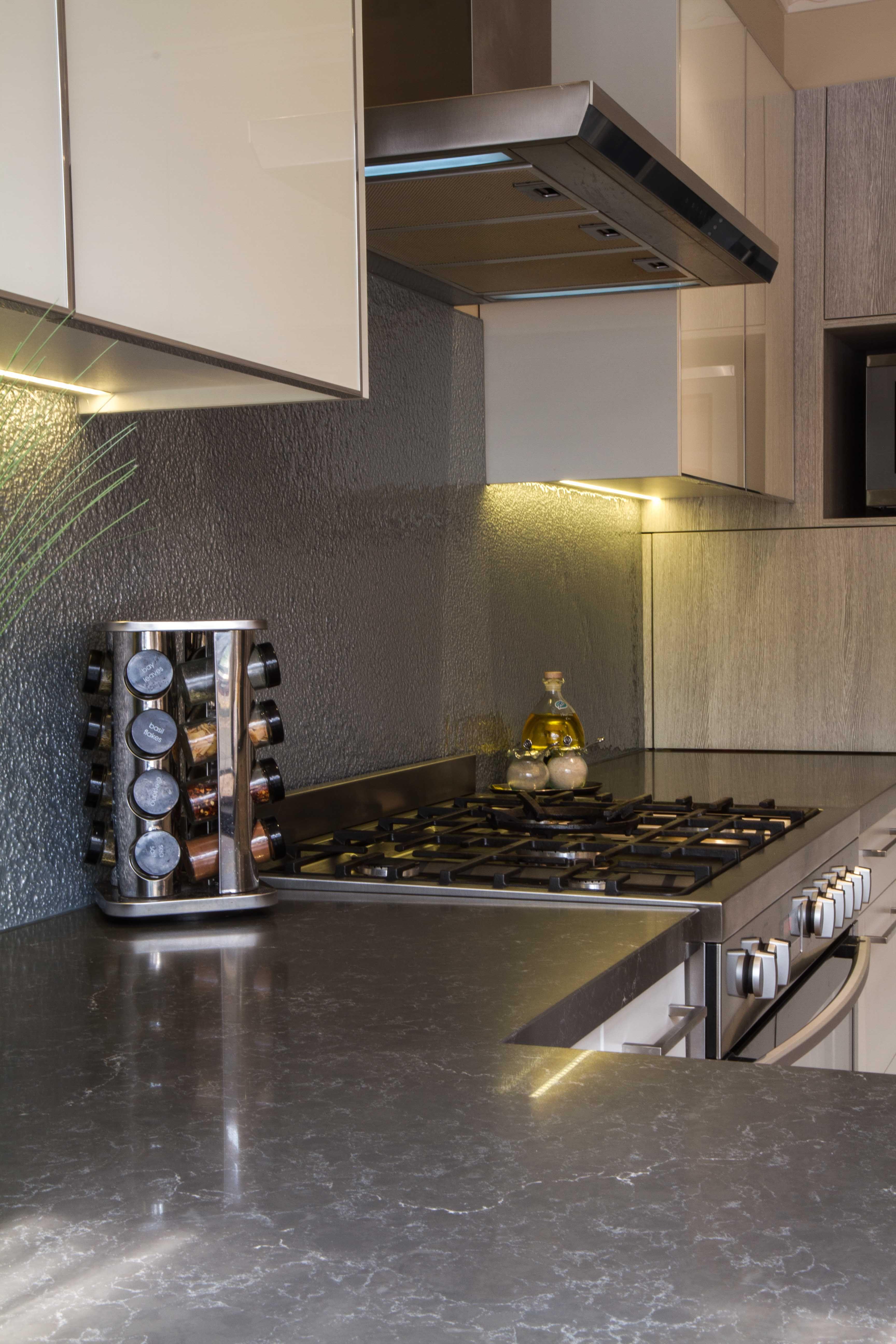 modern kitchen. slump glass splashback. canopy rangehood. www
