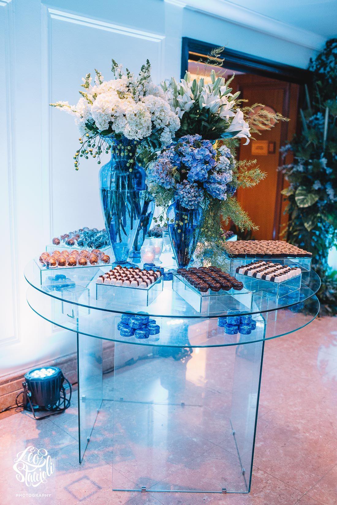 Mesa De Chocolates Em Vidro Com Arranjos Em Hortensias E Lirios