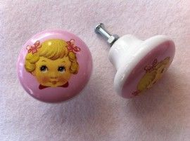 € 5 75  Aantal  Lief roze knopje van keramiek met een meisjeskopje. De knopjes worden geleverd met een boutje en een moertje zodat je ze meteen vast kunt zetten.