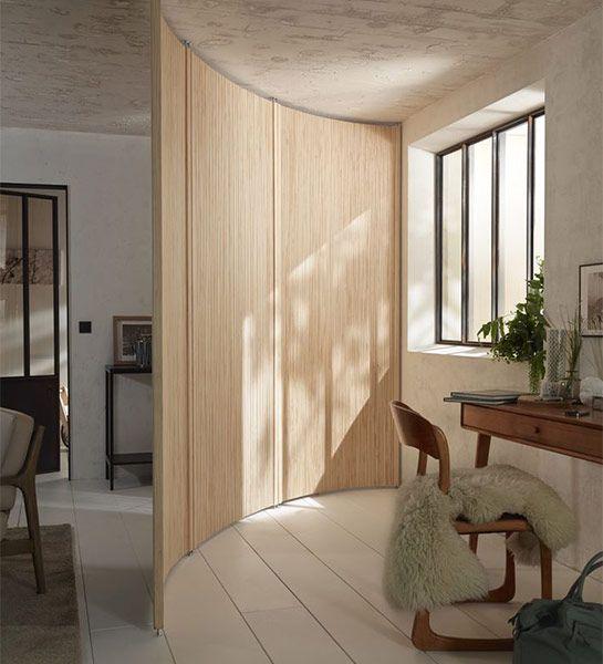 Avec cette cloison en bois toute en courbes un espace se - Cloison pour separer une piece ...