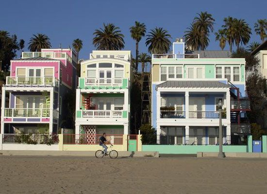Santa Monica Beach We Took A Video Of The Pink And Purple House For Our Youngest Who Loves Those Col Santa Monica Santa Monica Beach House Santa Monica Beach
