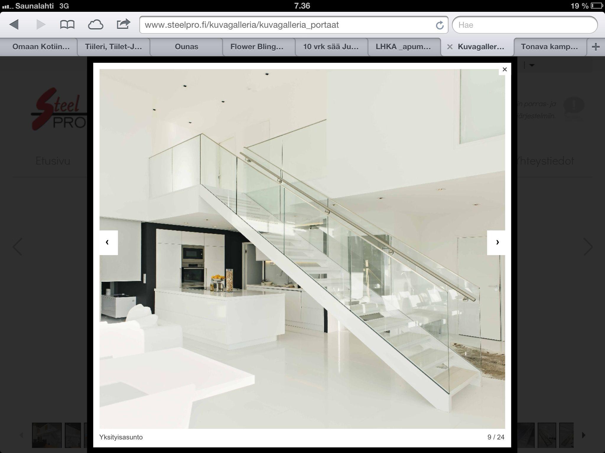 Kaunista: valoisaa, avaraa, paljon valkoista ja kiiltävää. Upeat portaat.