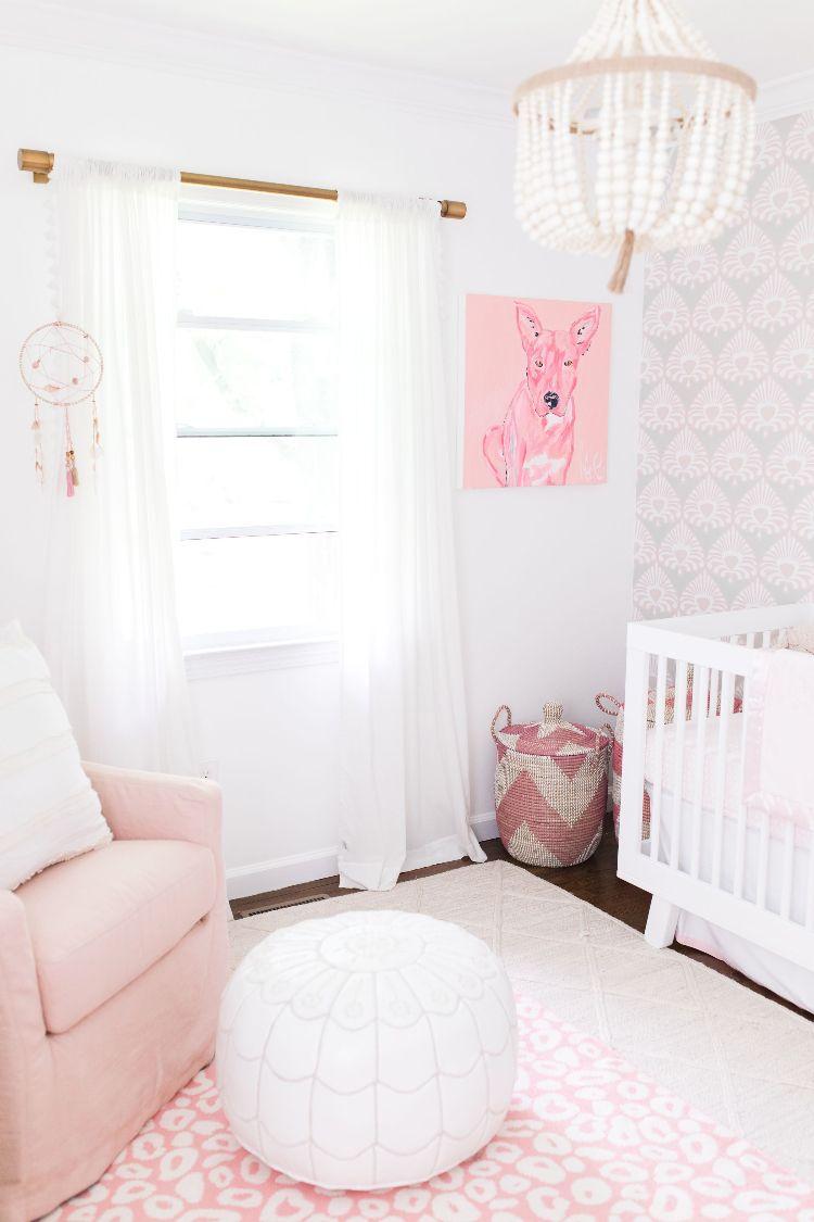 Babyzimmer Grau Rosa Weiss Einrichten Wandbild Hund Kronleuchter