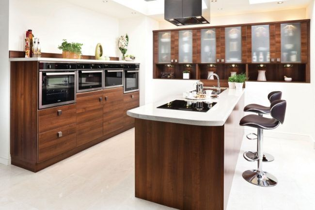 professionell-designte-kuche-kuecheninsel-holz-weiss-hocker - küche holz modern
