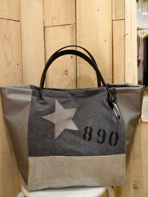 dcce39a9d5c5 Sac a main en suédine grise Cabas artisanal en toile tissu huilé brillant  argenté et simili