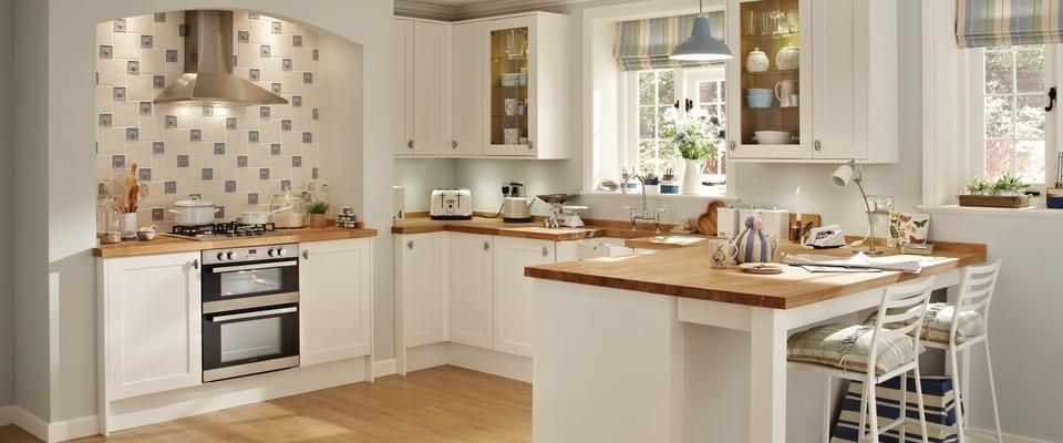 Greenwich Shaker White Kitchen Range | Kitchen Families | Howdens ...