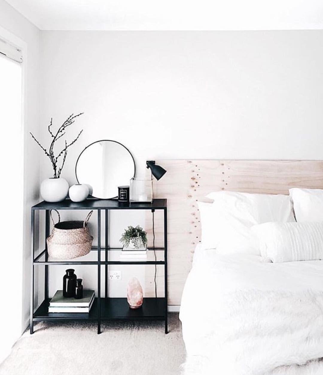 Schwarzes Regal im Schlafzimmer dekoriert | INTERIOR | Einrichtung ...