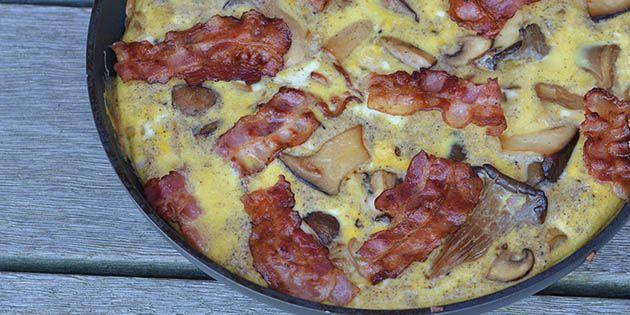 Suveræn æggekage med dejlige svampe og masser af sprødstegt bacon.
