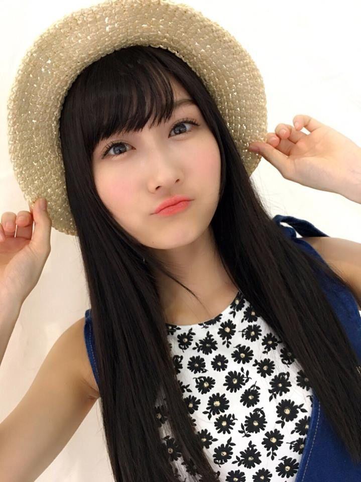 麦わら帽子をかぶった矢倉楓子