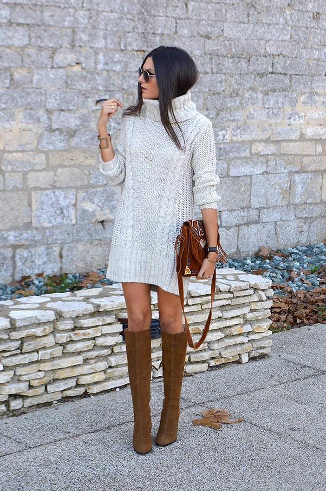 0ce28fc9a1f Fille portant robe tricot crème col roulé à torsades et bottes en suède  caramel