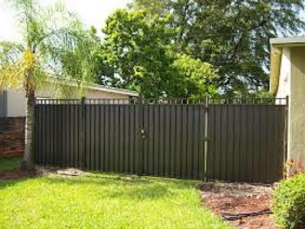 Inexpensive privacy fence ideas inexpensive aluminum for Inexpensive yard fences