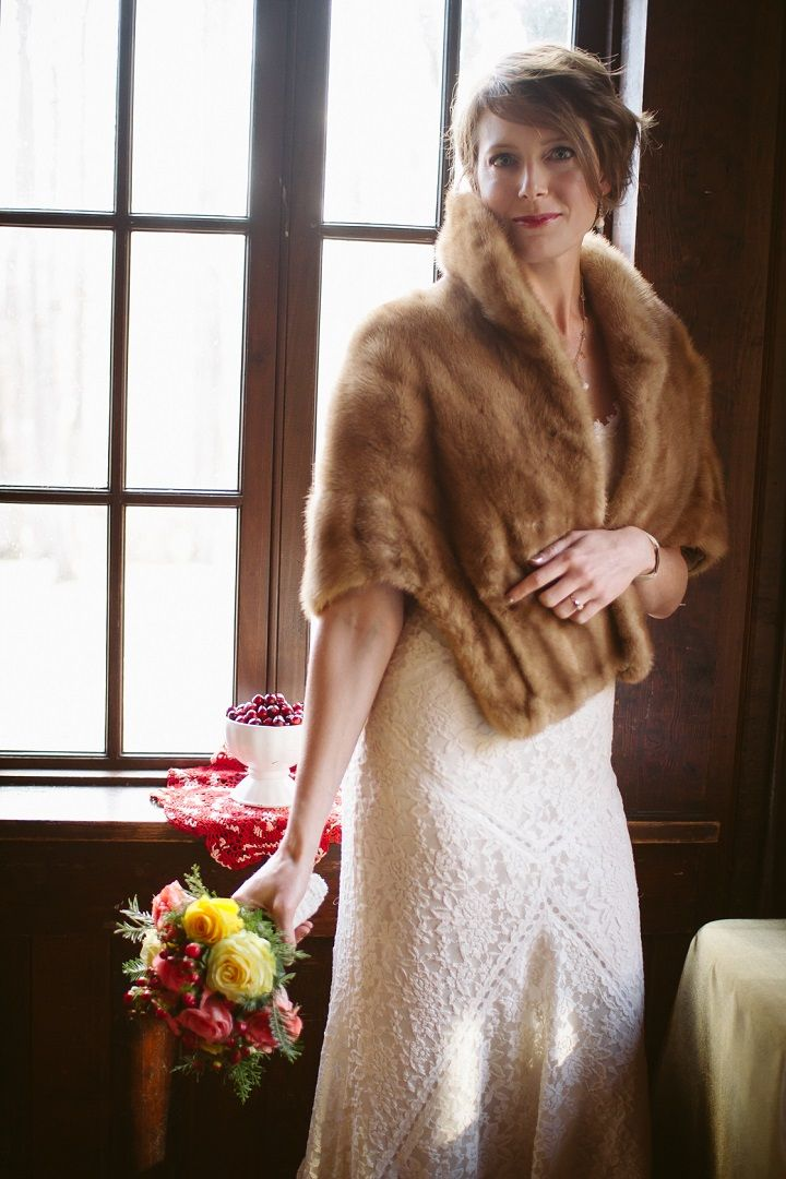 Winter bride in her warm fur shrug | fabmood.com #jeweltones #winterbride #winterwedding #wedding #quirkywedding