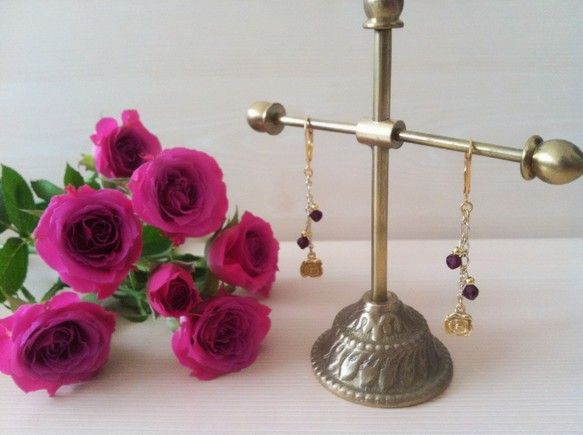 *不思議の国のローズピアス* 不思議の国のアリスに出てくる、薔薇をイメージしてお作りしました。薔薇に添えられたのは、深い真紅のガーネット。まるで蕾のように、花...|ハンドメイド、手作り、手仕事品の通販・販売・購入ならCreema。