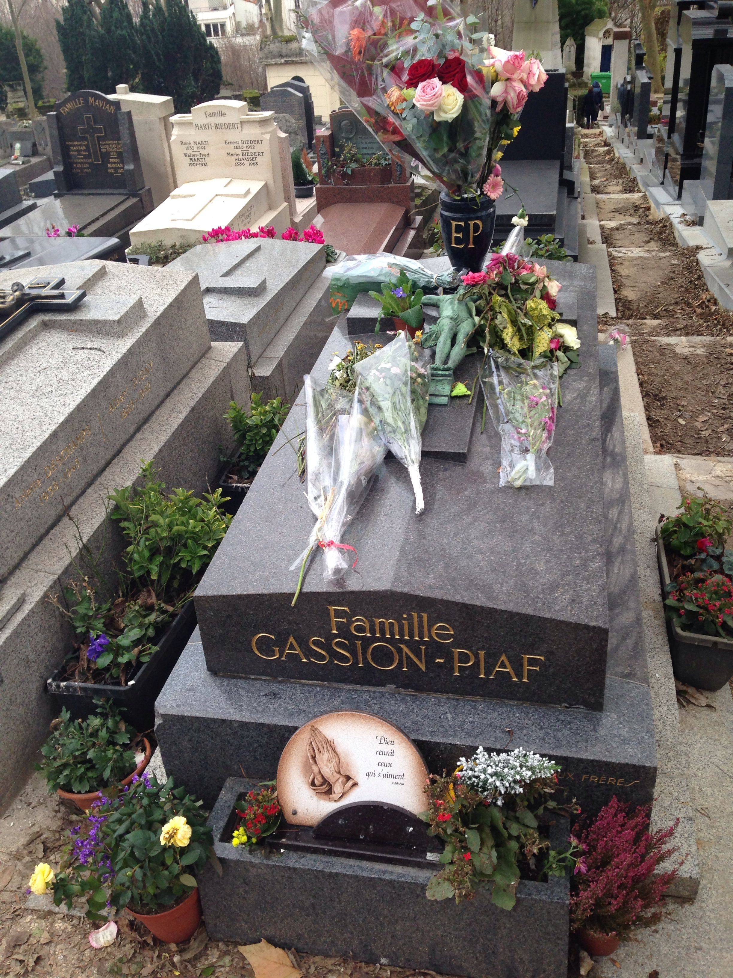 Edith piaf 39 s well loved but unprepossessing grave - Cimetiere pere la chaise ...