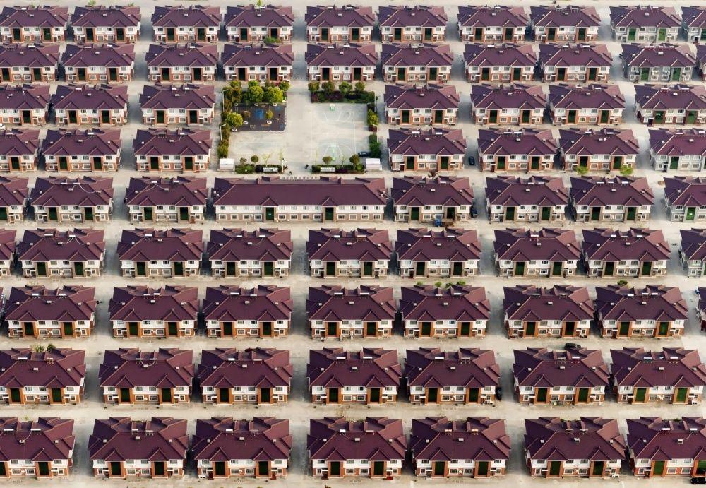 La provincia de Jiangsu (China), serie de casas idénticas con un parque infantil en medio
