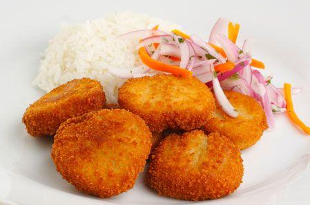 NUGGETS DE PESCADO: Ingredientes: Filete de pescado 400 g. Huevo 2 Unidades Pan molido 1 taza Aceite 1 cucharada. PREPARACIÓN: Cortar el pescado en cubitos de un dedo de largo por un dedo de ancho; pasarlo por el huevo y seguidamente por el pan molido, freír y servir. Se recomienda acompañar con sarza criolla. #RecetaPeru