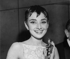 Audrey winning a Best Actress in 1954 at the Oscars ...