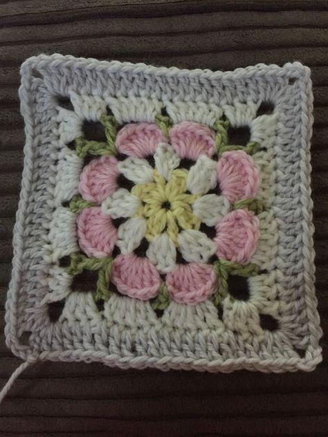Flower crochet squares blanket | Mut, Häkelideen und Square