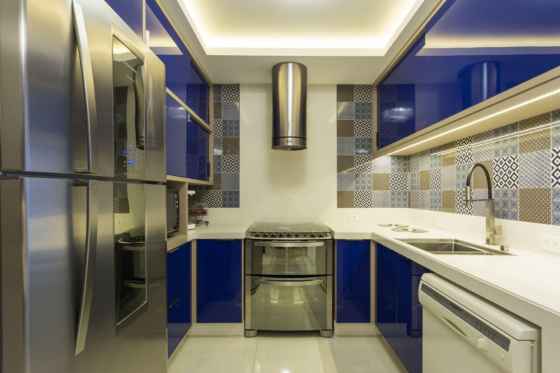 Cozinha Com Portas Em Vidro Azul Cobalto Com Uma Pegada Vintage