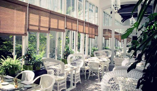 Un jardin d\'hiver stylé Art Déco sous une grande verrière (Q ...