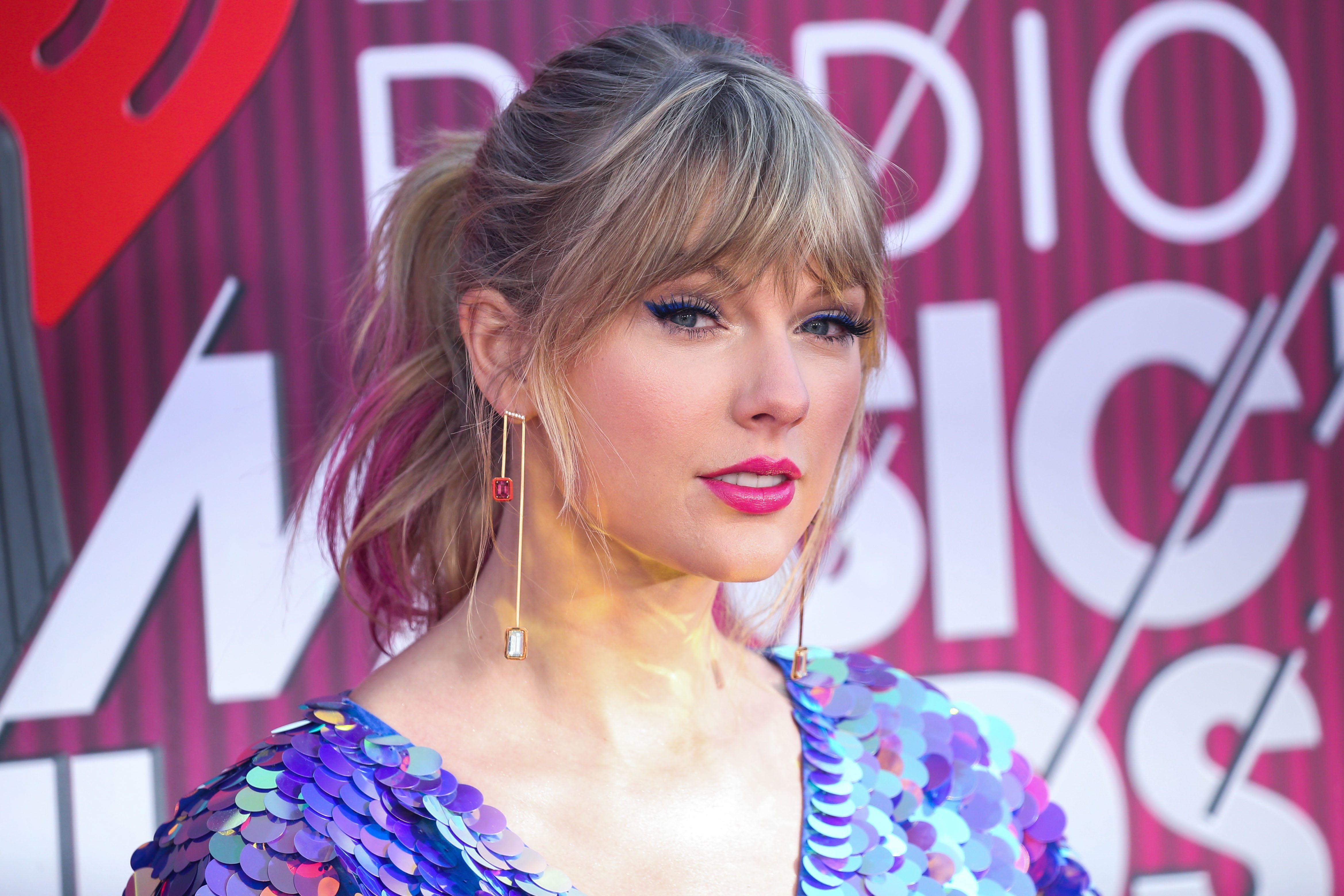 Taylor Swift Debuts New Pink Hair At Iheartradio Music Awards 2019 Taylor Swift Pink Hair Pink Hair Hair