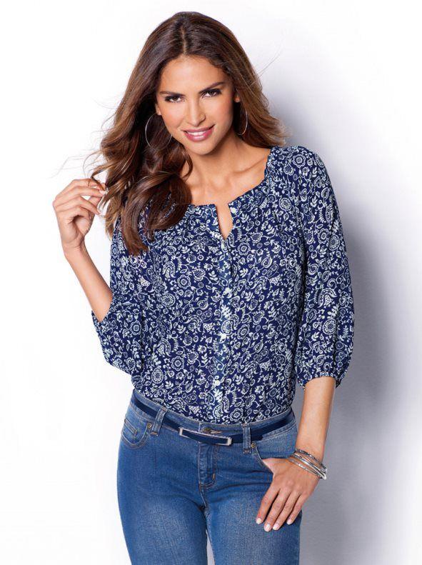 7964b1534 Una blusa súper coqueta y femenina con romántico estampado bicolor que  añadirá la nota primaveral a tu look. Blusa de favorecedor escote  redondeado con ...