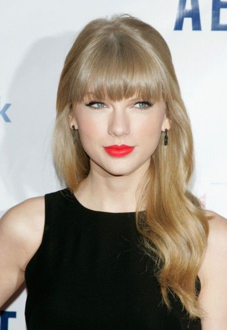 Taylor Swift Long Wavy Hairstyle With Full Blunt Bangs Hairstyles Weekly Taylor Swift Hair Taylor Swift Bangs Taylor Swift Red Lipstick