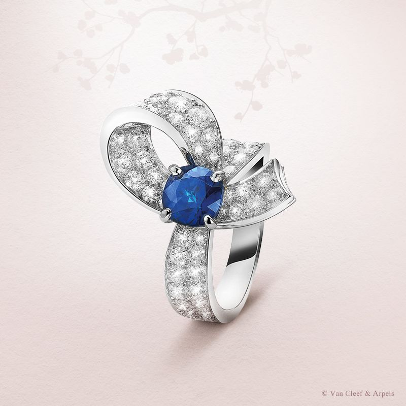 Van Cleef & Arpels Boucle #HighJewelry solitaire adorned with a sapphire and diamonds #Bridal