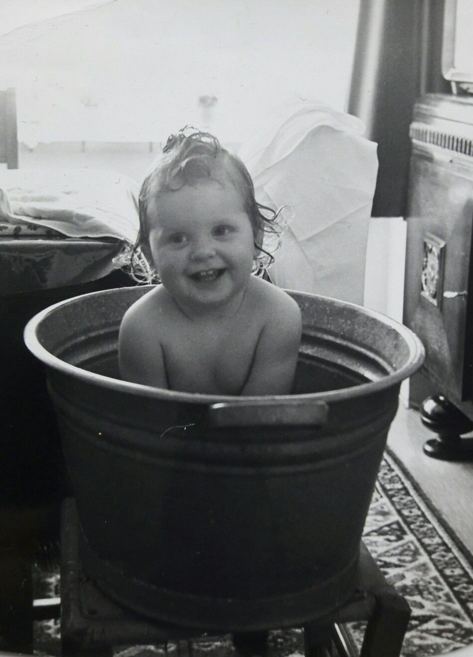 Elke zaterdag in de zinken teil in bad op een afgezaagde stoel naast het dressoir 100 jaar - Foto in een bad ...