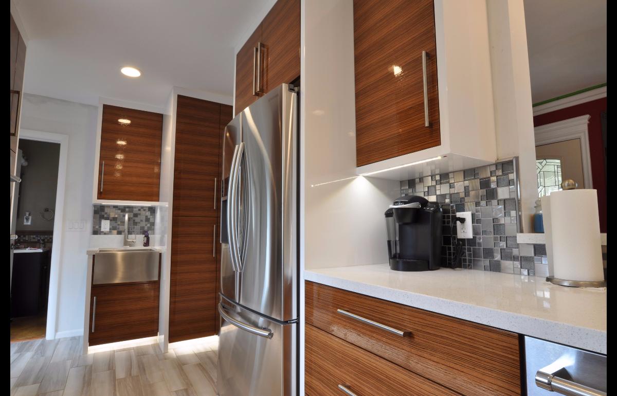 An Always Shiny Kitchen Using High Gloss Zebra Wood White Quartz Counter Tops Cheap Countertops Kitchen Countertops Countertops