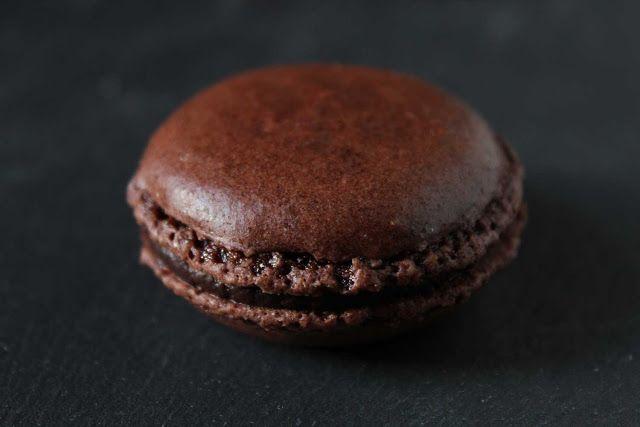 - fleur du poirier -: chocolate macarons. schokoladen macarons.