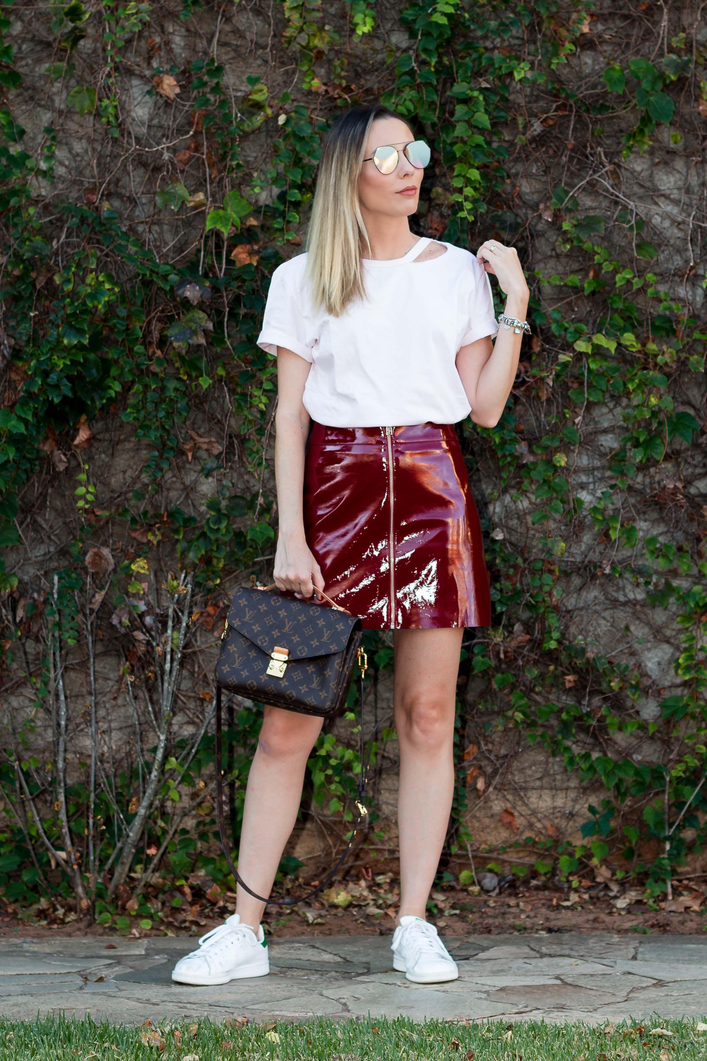 c95208e7238 Look da Giuli Castro com saia de vinil vinho com ziper e camiseta pink  millenial da