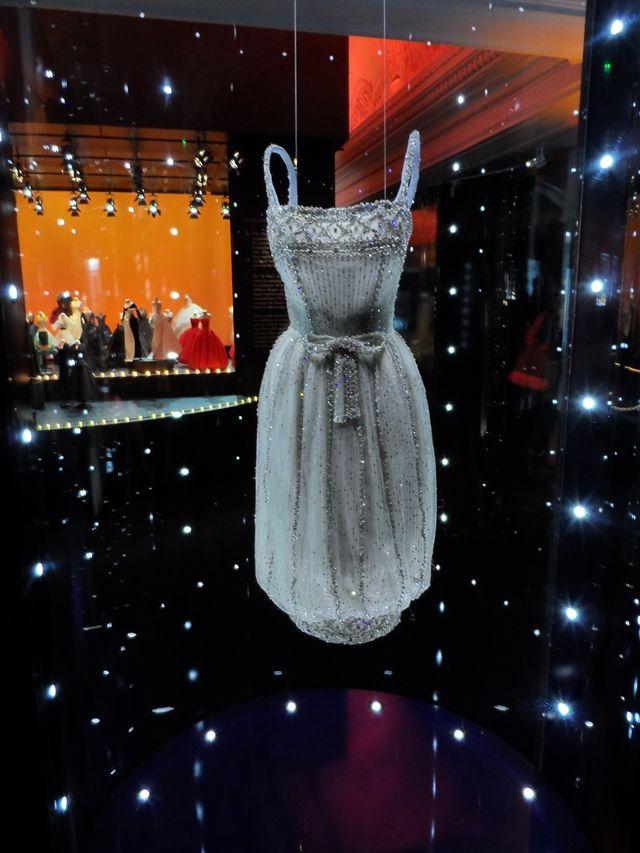 Audrey Hepburn Dior dress Garage aus holz, Kostenlos