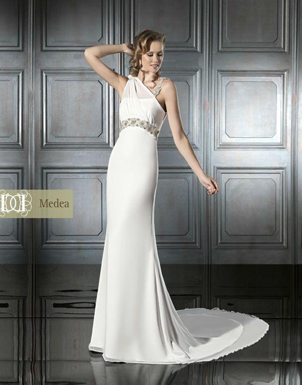 vestido de novia de tejido liso con tirantes asimétricos | ideas de