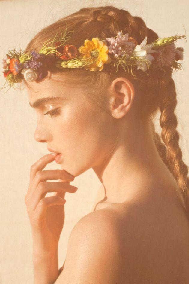Smuk pige med en smuk blomsterkrans