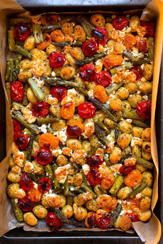 Ein Blech-Gnocchi mit grünem Spargel, Tomaten und Feta - Kochkarussell