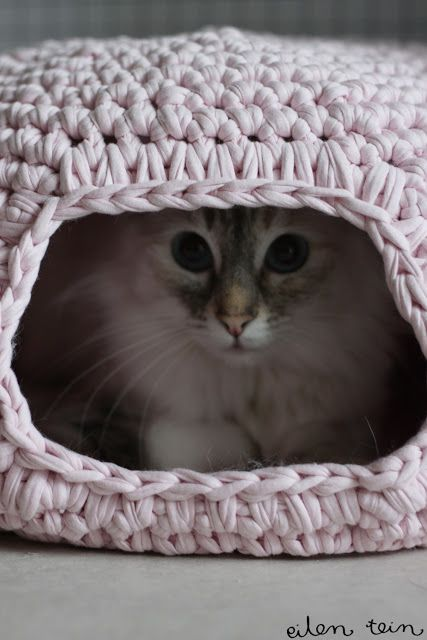 Kobe would like this! Crochet Cat Nest Tutorial ~ more pics at post, ending with pattern in English as well.