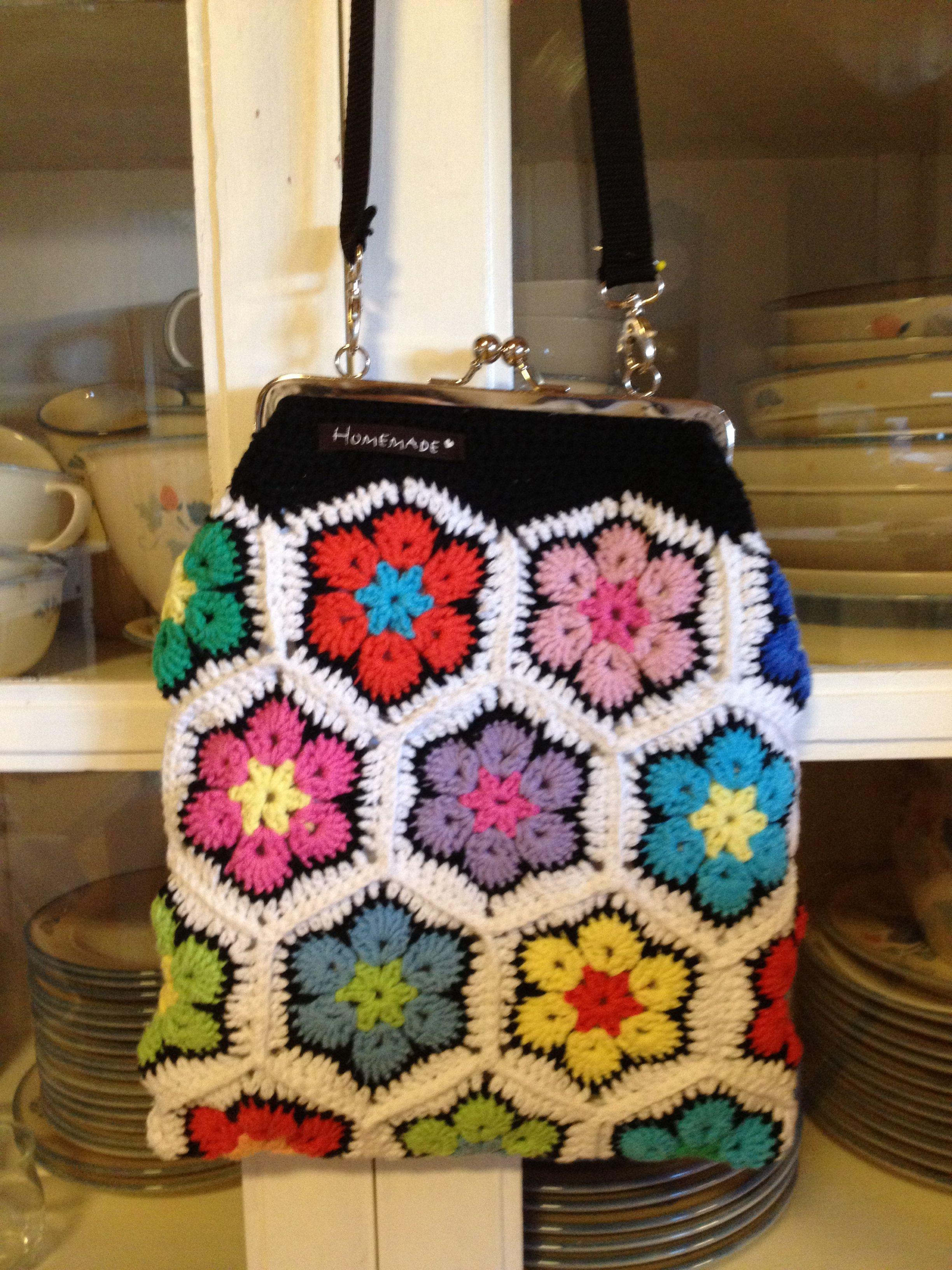 Kevät riemua - laukku, Afrikankukka virkkaus handmade Tanja Suomela